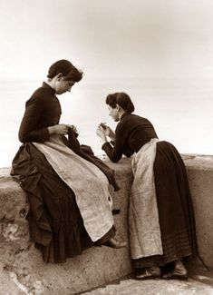 "to a website full of beautiful photographs Frank Sutcliffe Photographs of Whitby. The ""Fisher People"" gallery is particularly wonderful. There is also one for children and rural people as well as the harbour, the abbey, and various other scenes. Vintage Photographs, Vintage Images, Old Pictures, Old Photos, Art Du Fil, Knit Art, Vogue Knitting, Vintage Knitting, Garter Stitch"