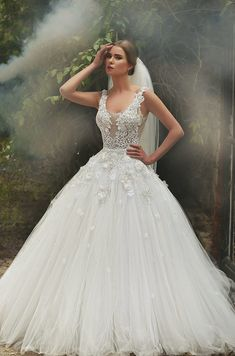 2016 Lace Ball Gown Wedding Dresses Scoop Neck Applique Beaded Handmade Flowers Tulle Bridal Gowns