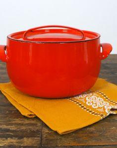 Scandinavisch kleine ronde pan van emaille met deksel rood