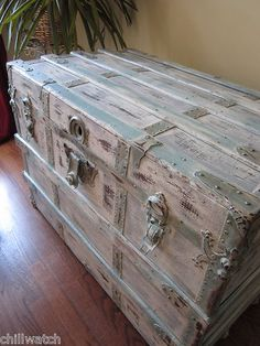 Coffre vieilli Beachy Chic Shabby Seasy Craie Annie Sloan …- Shabby Seashore Beachy C Shabby Chic Trunk, Shabby Chic Homes, Shabby Chic Furniture, Shabby Chic Decor, Old Trunks, Vintage Trunks, Trunks And Chests, Antique Trunks, Paint Furniture