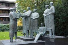 Kansojen ystävyyden monumentti (1983) on Itäkeskuksessa sijaitseva taidekokonaisuus, joka syntyi SKDL:n kunnanvaltuutetun ehdotuksesta. Patsaiden jalkojen juurella sijaitsee allas, jossa voi mm. kastaa ensinsyntyneensä edesmennyttä kansojen...