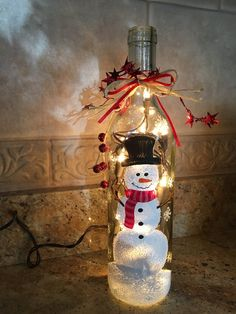 Bonhomme de neige bouteille lumière This adorable snowman bottle light will bring holiday cheer to your home this season! This bottle of wine i. Glass Bottle Crafts, Wine Bottle Art, Painted Wine Bottles, Lighted Wine Bottles, Diy Bottle, Bottle Lights, Beer Bottle, Decorated Bottles, Painting On Wine Bottles