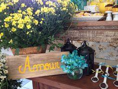 Decoração de Chá-Bar feito pela Mel Pitanga Eventos nos tons de amarelo e azul tiffany, criando um ambiente alegre e super charmoso. Não deixe de conferir: Cha Bar, Azul Tiffany, Festa Party, Decoration, Planter Pots, Bouquet, Wedding Blue, Wedding Decoration, Candy Party