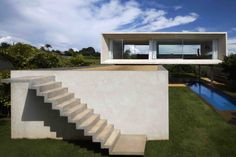 Construído na 2009 na Brasília, Brasil. Imagens do Pedro Vannucchi. O terreno da Casa Osler fica na extremidade do plano piloto de Brasília, na ponta de um dos braços do Lago Paranoá. A casa é um comentário poético...