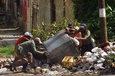 Obreros de Comunales trabajan sin ninguna medida de seguridad (foto de Manuel Guerra)