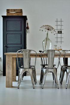 Zwarte kast en houten tafel met industriële stoelen. - industrieel interieur - http://www.welke.nl/photo/ptd/Inspirerende-eetkamer-rustige-kleurencombinatie-combinatie-hout.1403335302