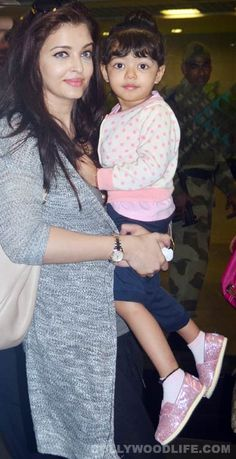 Aishwarya Rai Bachchan spotted with daughter Aaradhya Bachchan at the international airport #AishwaryaRaiBachchan #AaradhyaBachchan