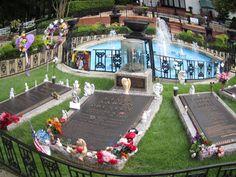 """Sisäpihan """"Meditation Garden"""" on Elviksen ja hänen lähisukulaistensa hauta-alue, jota koristavat fanien tuomat muistoesineet. Gracelandia vastapäätä sijaitsevat Elviksen lentokone Lisa Marie, automuseo, vaihtuvat teemanäyttelyt, ravintoloita, matkamuistomyymälöitä sekä lipputoimisto. Pääsylippujen hinnat vaihtelevat noin 30 ja 70 dollarin välillä sen mukaan, miten paljon eri kohteita haluaa vierailuunsa sisällyttää."""