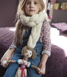 Un DIY de lo más original, crear una bufanda que lleve incorporada una muñequita. La idea la hemos encontrado enCirkus. ¿Te animas?