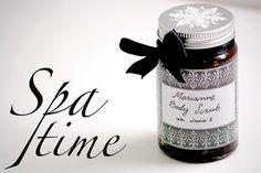 Pamper yourself with this simple peppermint sugar scrub. This scrub smells amazing! / Marianne-karkeilta tuoksuva kuorintavoide soveltuu viikonlopun hemmotteluhetkiin.