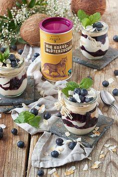 Heidelbeer-Kokos-Tiramisu (Rezept, Kokosblütenzucker, Schichtdessert, Dessert, Kokos, Beeren, Sommer) Candle Jars, Camembert Cheese, Deserts, Brunch, Sugar, Canning, Recipes, Fours, Honey