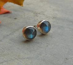 Natural Labradorite earrings - Stud earrings - Round earrings - Small studs - Bezel earrings - Ear stud - Valentines gift idea op Etsy, 41,14 €
