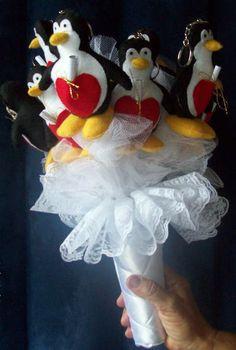 A história do pinguim é incrível. Quando um pinguim encontra sua parceira o amor é eterno. O macho dedica inteiramente á família e cuida do filhote enquanto a fêmea retorna de uma longa jornada pela sobrevivência. Um amor que supera todos os obstáculos.   Descrição: Pinguim são confeccionados em feltro de qualidade São confeccionados buquê com 8, 10 e 12 pinguins O buquê é confeccionado em cetim Acompanha um tag com uma poesia do amor de pinguim.