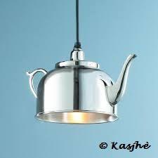 Hoe uniek is dit? Een koffiepot boven uw keukentafel.