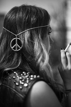 Love it Hippie Style. No cigarette though Hippie Boho, Paz Hippie, Hippie Vibes, Hippie Peace, Hippie Chick, Boho Gypsy, Hippie Style, Bohemian Hair, Punk