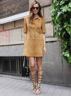 Look com vestido suede + gladiadora.