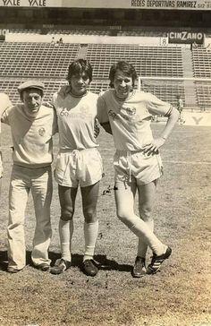 """Chespirito e Carlos Villagran no Estádio Azteca, no México, para a gravação do filme """"El Chanfle"""", em 1978. Via Chaves - Fotos Raras"""
