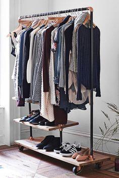 """Essa pode até ser uma boa saída para quem tem um orçamento apertado ou pouco espaço em casa. No entanto, a realidade nos obriga a pensar duas, três vezes antes de colocá-la em prática: """"como vou acomodar todas as minhas roupas em cabides?""""; """"vou ter disciplina suficiente para manter tudo em ordem sempre?""""; """"como lidar com o pó?""""; """"e os sapatos? - See more at: http://www.casadevalentina.com.br/blog?offset=4#sthash.OATPHxSJ.dpuf:"""