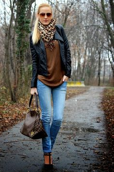Nice fall look with animal print scarf, ;leather jacket, brown sweater over nicely distressed jeans, heel and a great bag! the casual hair and sunglasses Trendy Fall Outfits, Fall Winter Outfits, Autumn Winter Fashion, Casual Outfits, Winter Looks, Look Fashion, Womens Fashion, Fashion Trends, Fall Fashion