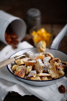 Kaiserschmarrn mit Kokos in Pfanne aus dem Ofen mit Pekannüsse