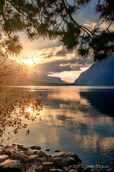 Autumn sunrise over the lake of Como, Italy - Autumn sunrise over the lake of Como, Italy Effektive Bilder, die wir über landscaping illustratio - Beautiful World, Beautiful Images, Sky Sunset, Landscape Photography, Nature Photography, Beautiful Sunrise, Science And Nature, Nature Scenes, Nature Pictures