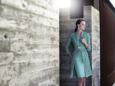 Vestido en color verde con abrigo a juego y cierre con broche de Carla Ruiz