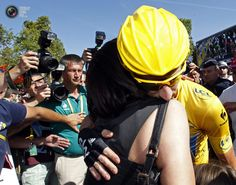 2012 22/7 rit 20 Paris/Champs-Élysées > Sky Procycling rider and leader's yellow jersey Bradley Wiggins of Britain kisses his wife Cath after the final 20th stage of the 99th Tour de France cycling race between Rambouillet and Paris. STEPHANE MAHE/REUTERS