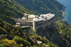 Гора Афон – монашеская республика на полуострове Халкидики в Салониках. Легенды и история Святой горы, как туда попасть и какие правила следует соблюдать.