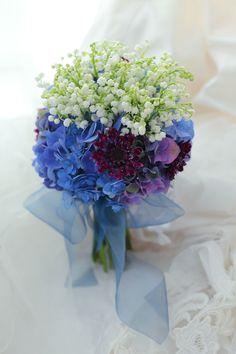 クラッチブーケ ラ・ビュット・ボワゼ様へ 鈴蘭と紫陽花、青と白のブーケ : 一会 ウエディングの花