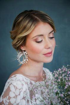 Opulente, große Kreis-Ohrringe mit Strass und Perlen - Handgefertigt von La Chia Ein weiteres Highlight... Chia, Vintage Stil, Wedding Places, Diamond Earrings, Feminine, Make Up, Photos, Fashion, Bridal Gowns