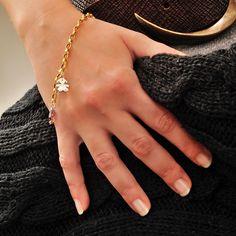 Bracciale linea i Classici, in oro giallo con sagoma bimba in oro bianco. Per te che ami scegliere bellezza e semplicità. :)  www.lebebe.eu #fieradiesseremamma #lebebé #gioielli #oro #bracciali