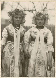 Ślązaczki z Kozłowej_Góry Folk Costume, Costumes, Historical Images, Summer Solstice, My Heritage, Divine Feminine, Vintage Photography, Folklore, Traditional Outfits