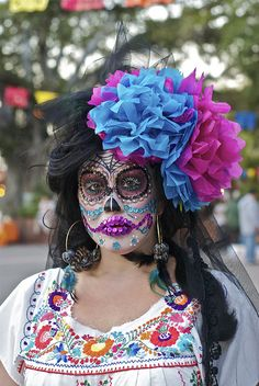 Her color is beautiful for Dia de los Muertos. Mexico Day Of The Dead, Day Of The Dead Mask, Day Of The Dead Party, Up Halloween, Halloween Makeup, Halloween Costumes, Dead Makeup, Skull Makeup, Fantasy Make Up