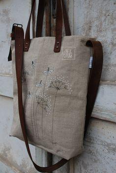 ještě jedna na výběr II lněná taška na zip s ručně malovaným obrázkem podšitá puntíkatou bavlněnou látkou, uvnitř jedna kapsa v.cca 43cm, š.cca 39cm uši kožené - šířka 2,5cm řemen kožený s ručně kovanou přezkou - šířka 3,5cm údržba: Tašky ze 100% lnu lze impregnovat impregnačním sprejem na oblečení.Ruční čištění maximálně při 30°C. Kožený ...
