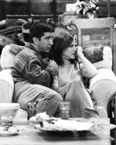 "Ross and Rachel watching ""Old Yeller"". Old Yeller is about to get shot, unbeknownst to Phoebe. Friends Tv Show, Tv: Friends, Serie Friends, Friends Cast, Friends Moments, Friends In Love, Friends Forever, Ross Geller, Ross Et Rachel"
