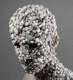 4 esculturas de cabezas bastante extrañas