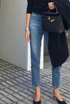 Street Style : Minimalist chic For more fashion inspiration visit www. Kitten Heels Outfit, Heels Outfits, Casual Outfits, Casual Jeans, Summer Outfits, Look Fashion, Winter Fashion, Fashion Outfits, Fashion Trends