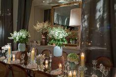 Para tus mesas de boda chéca ésta nueva tendencia en decoración que nos invita a reflejar y duplicar todos los utensilios y adornos de la mesa de boda sobre una superficie reflejante sin mantel.