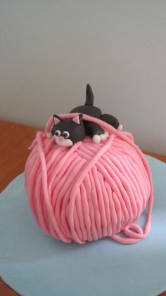 Make this kitten and yarn ball cake for your next birthday party. This is the perfect cake for knitters and crocheters.