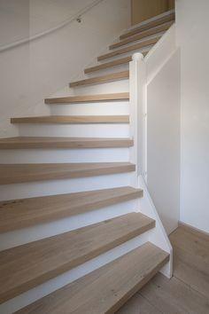 Lichte trap in de houtsoort eiken afgewerkt met een naturel lak. Past mooi bij je eiken houten vloer.