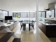 appartement sans cloisons: salon, coin repas et cuisine avec îlot