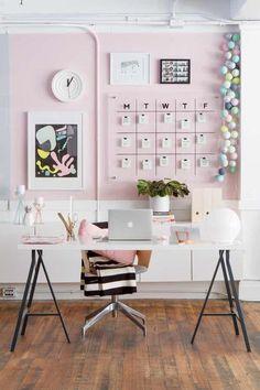 El escritorio es usado frecuentemente en el entorno de trabajo y de oficina, y hay quienes tienen un espacio en su hogar para tener uno, para leer, escribir sobre él, colocar utensilios sencillos como lápices, papeles o su computadora. A continuación, te presentamos más de 20 ideas de decoración de escritorios