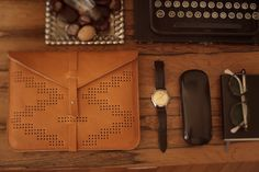 Practically demanding to be shown off, the Ida iPad case is one of the latest releases from Hungarian designer, TheBétaVersion. Funky Laptop Bags, The Knick, Fashion Bags, Mens Fashion, Cute Crafts, Leather Accessories, Couture, Playing Dress Up, Design Crafts