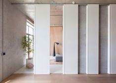 Les intérieurs traditionnels japonais et les paysages naturels ont influencé la conception de cet appartement à Moscou, récemment rénové par le studio loca