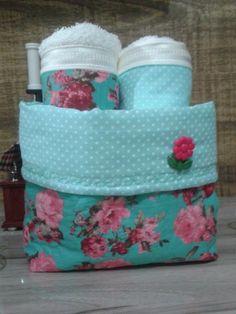 Cachepô acompanhado por 2 toalhas de lavabo de ótima qualidade com barrado em tecido de algodão. Fabric Bins, Chic Bathrooms, Love Sewing, Home Textile, Pin Cushions, Diaper Bag, Diy And Crafts, Sewing Projects, Patches
