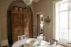Une fois n'est pas coutume, voici un appartement qui mélange avec réussite décoration de style ancien et décoration mod