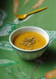 Epluchez les carottes, retirez les extrémités puis coupez-les en tranches fines.Fen...