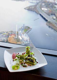 Ravintola Näsinneula tarjoaa à la carte -elämyksiä ja upeita näköaloja Tampereen kaupungin sekä arjen yläpuolella. À la carte restaurant on top of Tampere in Näsinneula observation tower @ Särkänniemi