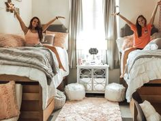 Importance of College Dorm Room Ideas for students. If you need ideas for collage dorm rooms, here are tons of dorm room decor ideas that will give you inspiration! These good dorm room ideas are affordable and perfect for a student budget College Bedroom Decor, Cool Dorm Rooms, College Dorm Rooms, Pink Dorm Rooms, Dorms Decor, Girl College Dorms, Lights In Dorm Room, College Dorm Decorations, Dorm Room Themes