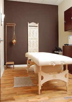 Ways To Perform A Home Massage Like A Pro. You don't have to be licensed to provide a massage that's of professional quality. Massage Room Colors, Massage Room Decor, Massage Therapy Rooms, Spa Treatment Room, Reiki Room, Spa Interior, Interior Design, Massage Business, Spa Rooms